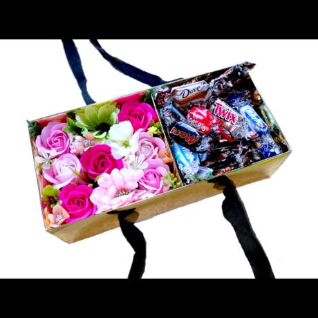 BoxEnjoy - arany box ajándékdoboz rózsaszín szappanrózsával - Celebrations csokoládé válogatás