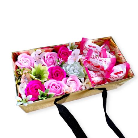 BoxEnjoy - arany box ajándékdoboz rózsaszín szappanrózsával - Málnás Raffaello-val