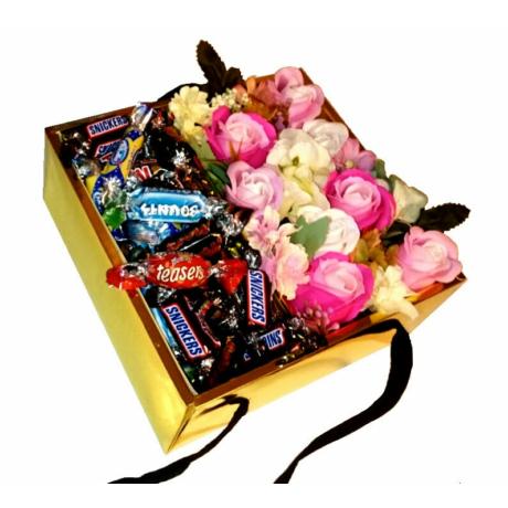 BoxEnjoy - arany kocka rózsaszín szappanrózsával - Celebrations csokoládé válogatás